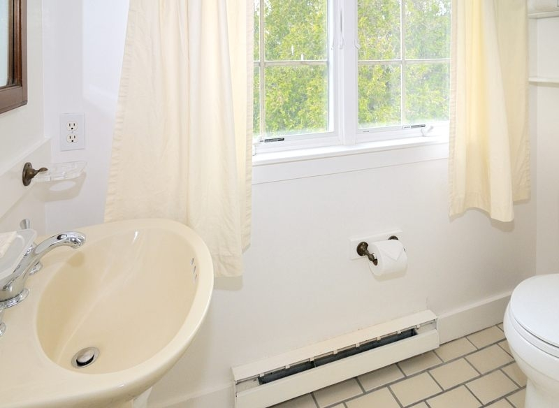 http://www.nantucketaccommodations.com/custimages/BPCY_A1_fullbath1.jpg